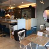 「フツウニフルウツ トサボリパーラー」のカフェスペース