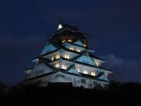 大阪城がブルーライトアップ