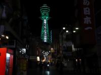 通天閣が緑色にライトアップ