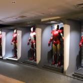 「アイアンマン」トニー・スタークのラボに格納されたアーマー群