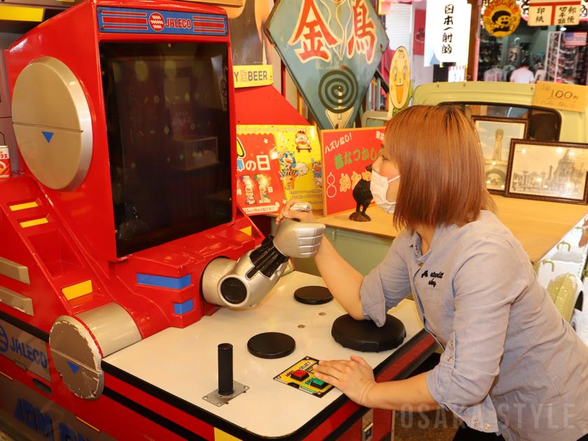 大衆娯楽遊戯場「秘宝館」の腕相撲ゲーム