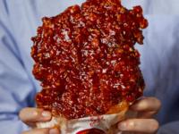 真っ赤な巨大唐揚げ「ヤンニョムジーパイ」