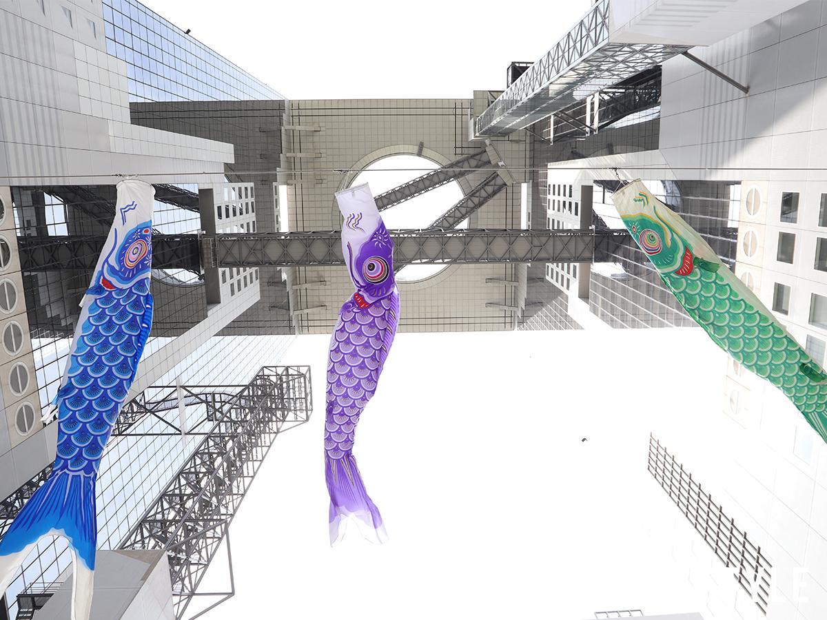 梅田スカイビル「ビルの谷間の鯉のぼり」