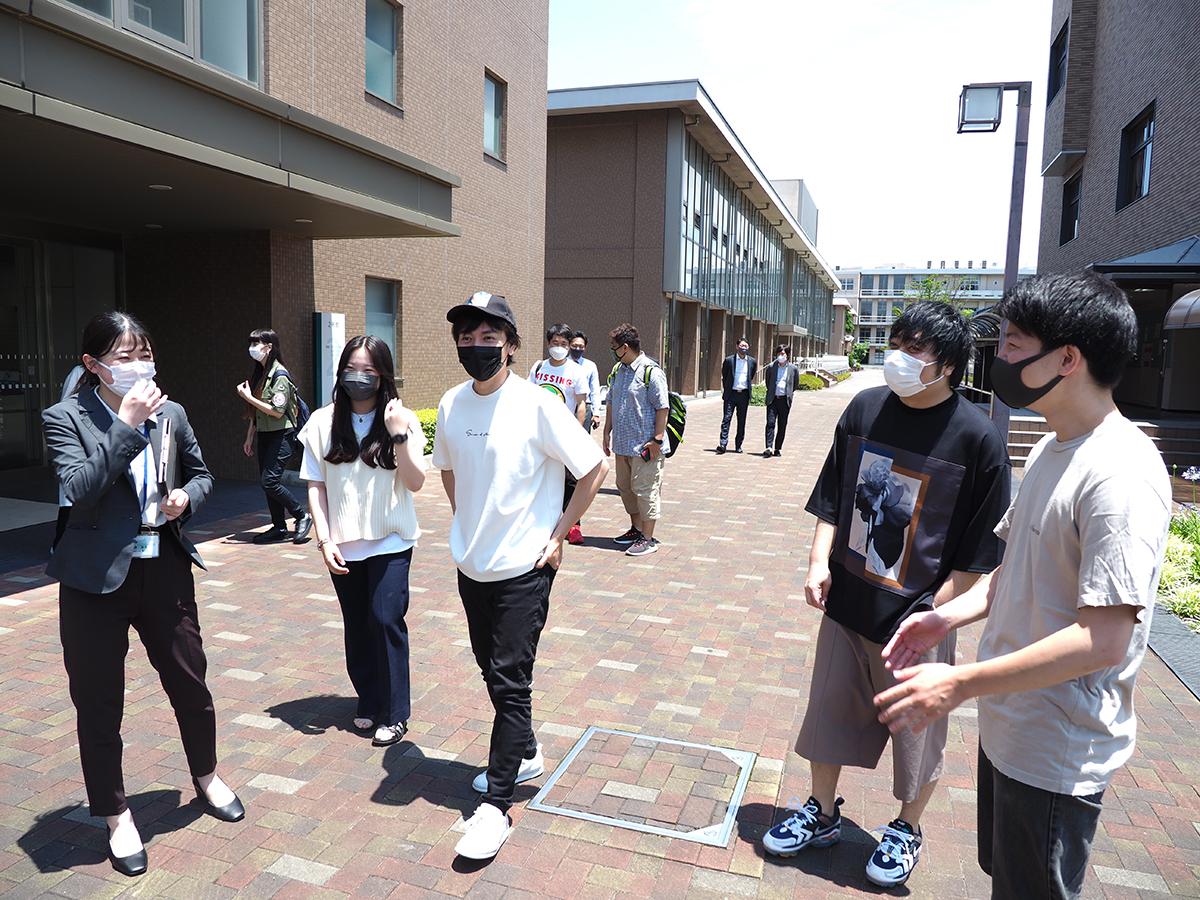 学生らと交流した山村隆太さんと阪井一生さん